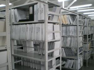 Полочные металлические стеллажи в архиве