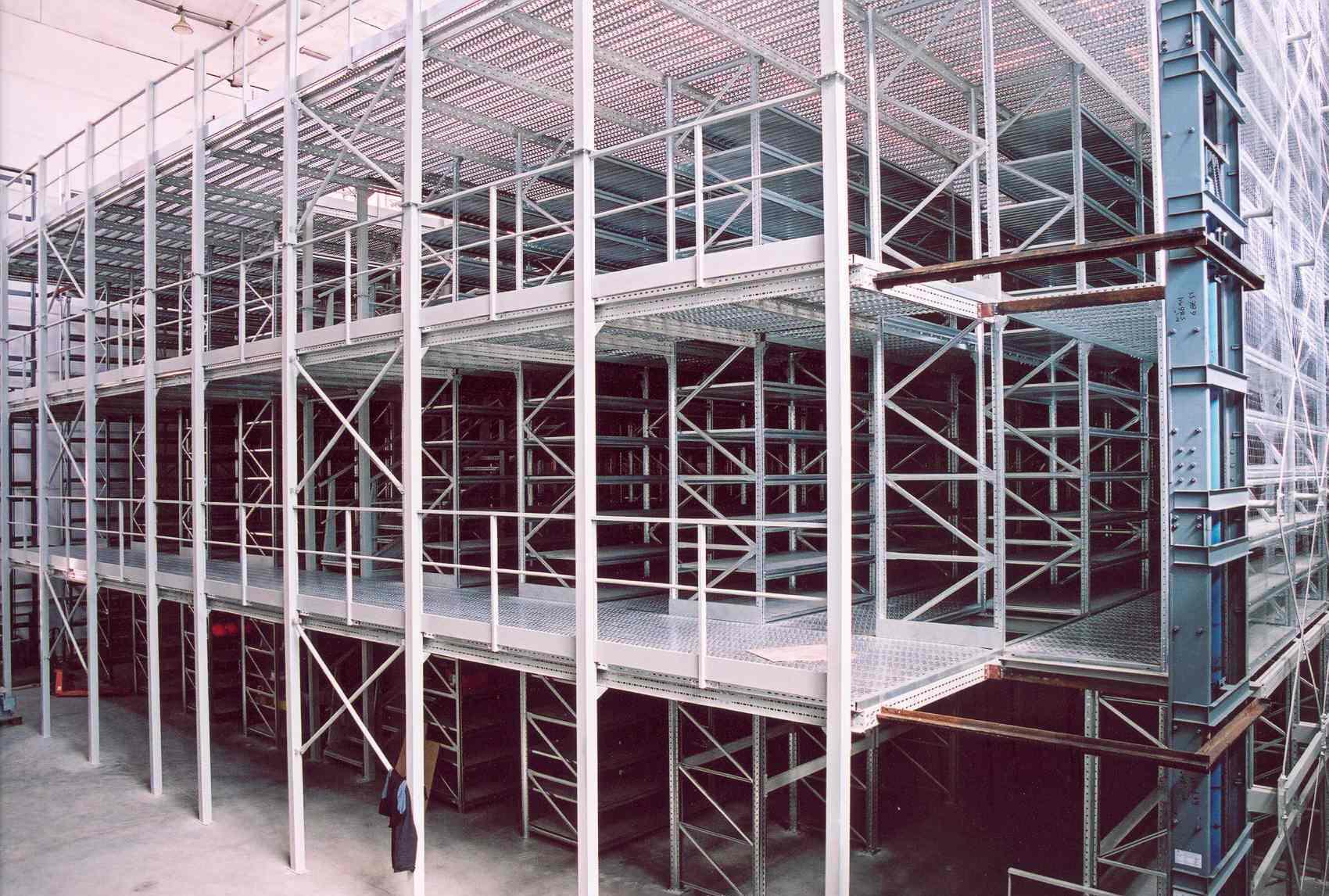 Многоэтажные металлические стеллажи