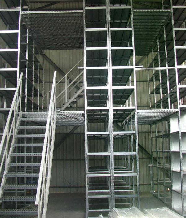 Многоэтажные металлические стеллажи: лестничный пролёт