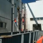Быстровозводимые здания из металлоконструкций. Монтажная бригада в действии